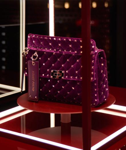 Valentino dévoile une édition limitée du sac Garavani Rockstud Spike à l'hôtel Costes