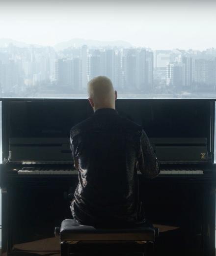 Le pianiste Sofiane Pamart improvise le long d'un fleuve
