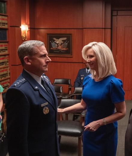 Lisa Kudrow et Steve Carell ridiculisent l'armée américaine sur Netflix