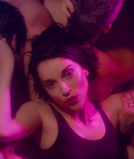 """Club gay, sueur et harnais de cuir dans le nouveau clip de St. Vincent """"Fast Slow Disco"""""""