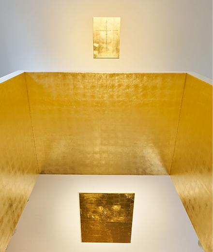 Stefan Brüggemann inonde d'or l'espace de la galerie Hauser & Wirth