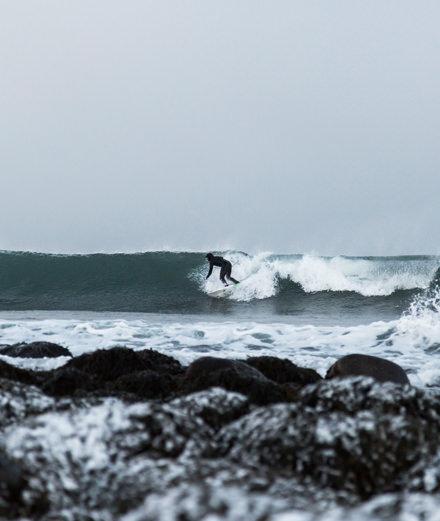 Suivez deux surfeurs dans l'Arctique avec Parajumpers