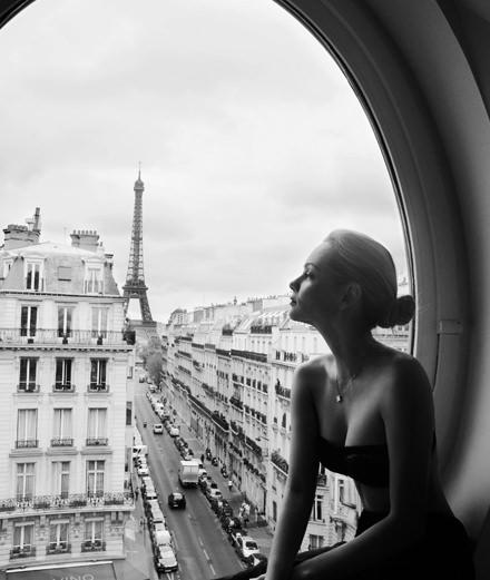 """Avec """"Paris est une femme"""" la photographe Sylvia Galmot explore le charme troublant de la Parisienne"""