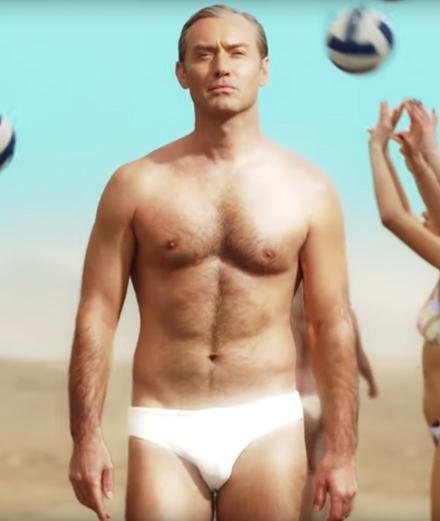 """Jude Law se pavane en slip dans la bande-annonce de """"The New Pope"""""""