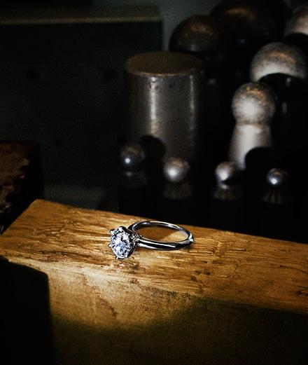 """L'iconique bague de fiançailles """"Tiffany Setting"""" célèbre ses 130 ans"""