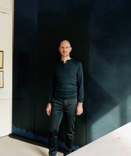 Portrait de l'architecte-décorateur Tristan Auer