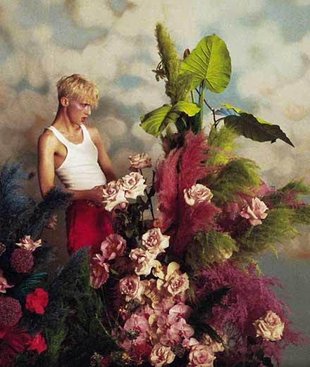 """Troye Sivan offre sa fleur dans son nouveau clip """"Bloom"""""""