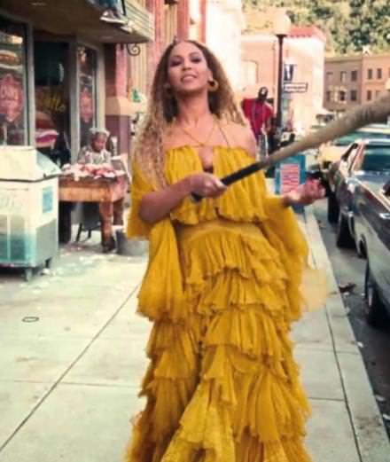 """Video: Beyoncé célèbre son anniversaire avec le clip """"Hold Up"""""""