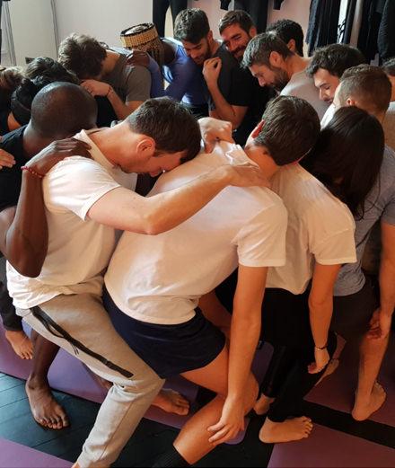 Chakras et leggings : on a essayé le cours de yoga masculin du Montaigne Market