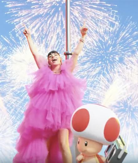 Charli XCX, voix du parc d'attraction Nintendo