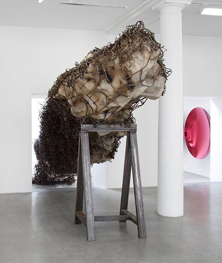 Anish Kapoor fait son show à Paris à la galerie Kamel Mennour