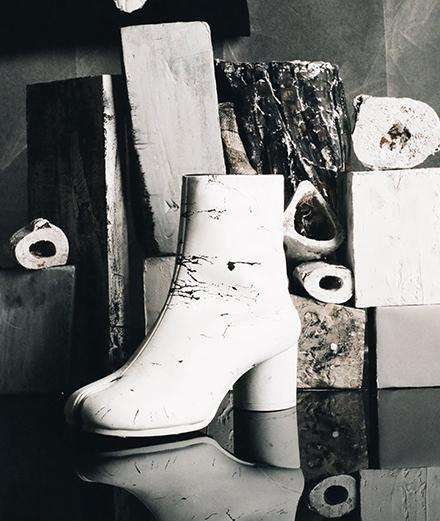 """30 ans de """"Tabi"""" par Margiela : retour sur l'histoire d'une chaussure iconique"""