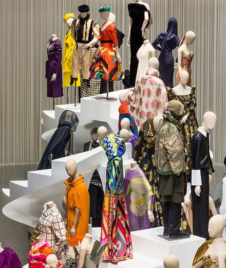 """De la robe taille Empire au hoodie Vetements: l'exposition """"Fashion Forward"""" retrace trois siècles de mode passionnants"""