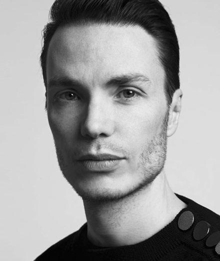 Maxime Simoëns : nouveau directeur artistique d'Azzaro