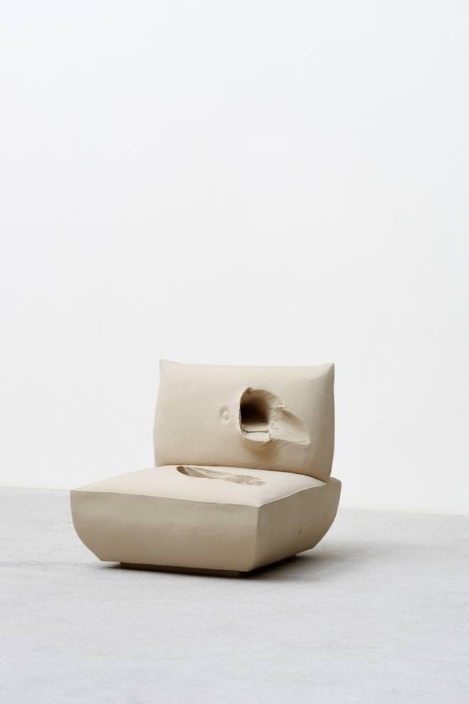"""""""Erwin Wurm Stand (Fauteuil beige)"""", 2015, polyester, bois et peinture acrylique, 15 kilos, 72 x 70 x 85 cm."""