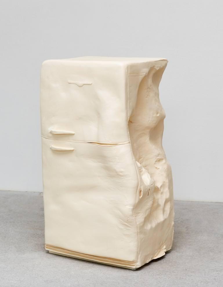 """""""Butter (Fridge)"""", 2015, polyester et peinture acrylique, 25 kilos, 155 x 84 x 82 cm."""