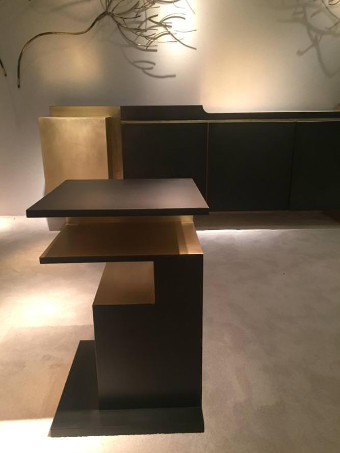 """Xiangsheng II Side Table"" et ""Xiangsheng II Console"" (2016) de Design MVW. Bronze oxydé et borssé. Galerie BSL."