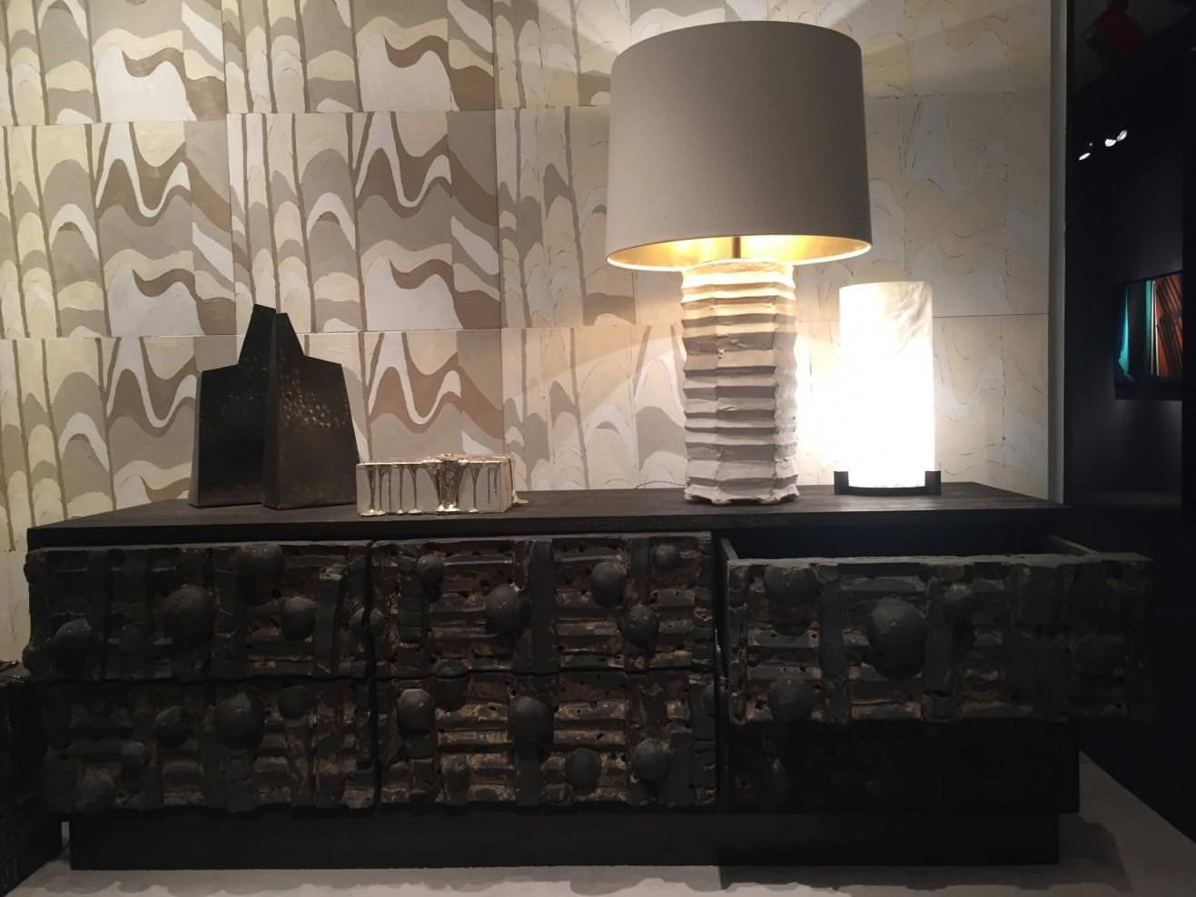 """""""Credenza"""" (2015), commode de la galerie Chahan et de Peter Lane. Chêne creusé, bronze et céramique. Galerie Chahan."""
