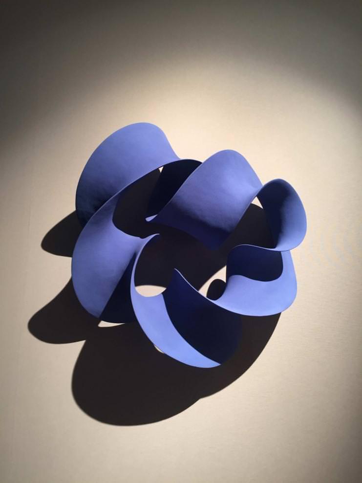 """Blue Wall Loop"" (2016) de Merete Rasmussen. Grès."