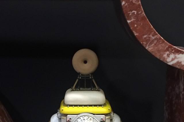 """""""Désordre ancien"""" (2015) de Stéphane Mouflette. Laiton, acier, sapin, panneaux de fibre, résine, béton et velours. Galerie Armel Soyer."""