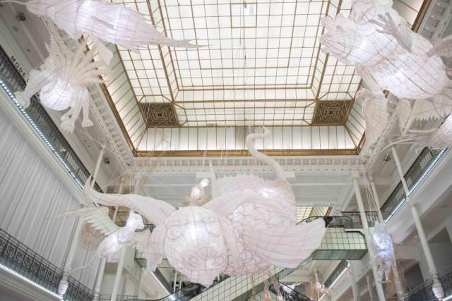 Les créatures sont fabriquées suivant la technique traditionnelle chinoise du cerf-volant : une structure en bambou recouverte de papier de soie. © Gabriel de la Chapelle
