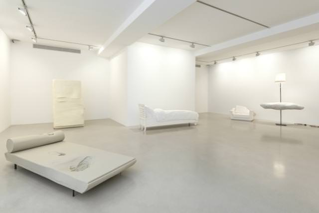 """Vue de l'exposition """"Lost"""" d'Erwin Wurm à la Galerie Thaddaeus Ropac. Photo : Charles Duprat"""
