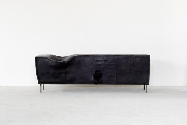 """""""Erwin Wurm Horse (Sideboard)"""", 2015,  bronze, patine noire et fer, 300 kilos, 65 x 203 x 63 cm."""