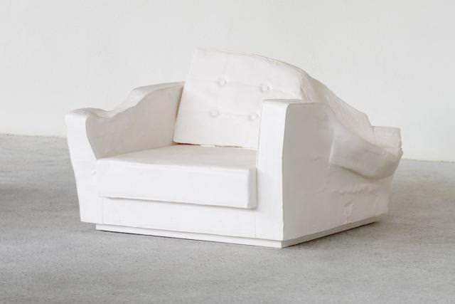 """""""Erwin Wurm Triple Seat (Fauteuil White)"""", 2015, polyester, bois, peinture acrylique, 15 kilos, 60 x 87 x 96 cm."""