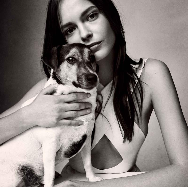 Mina Cvetkovic : haut en Stretch, BALMAIN, et son chien Milo.